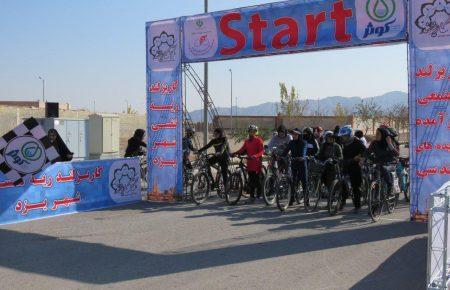 اولین دوره از مسابقات دوچرخه سواری بانوان یزدی در کاریزلند برگزار شد