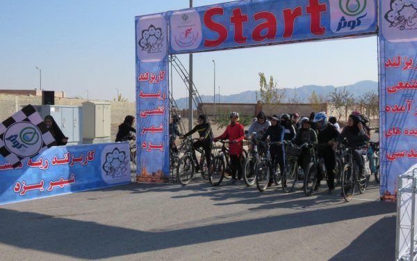 اولین دوره از مسابقات دوچرخه سواری بانوان یزدی در کاریزبوم برگزار شد